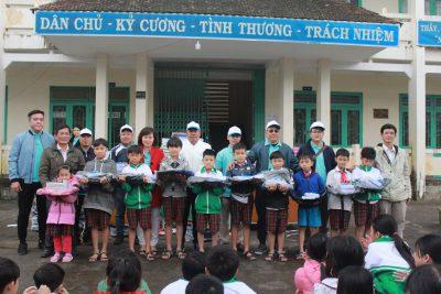 Tặng 200 suất quà cho học sinh xã Hành Tín Đông